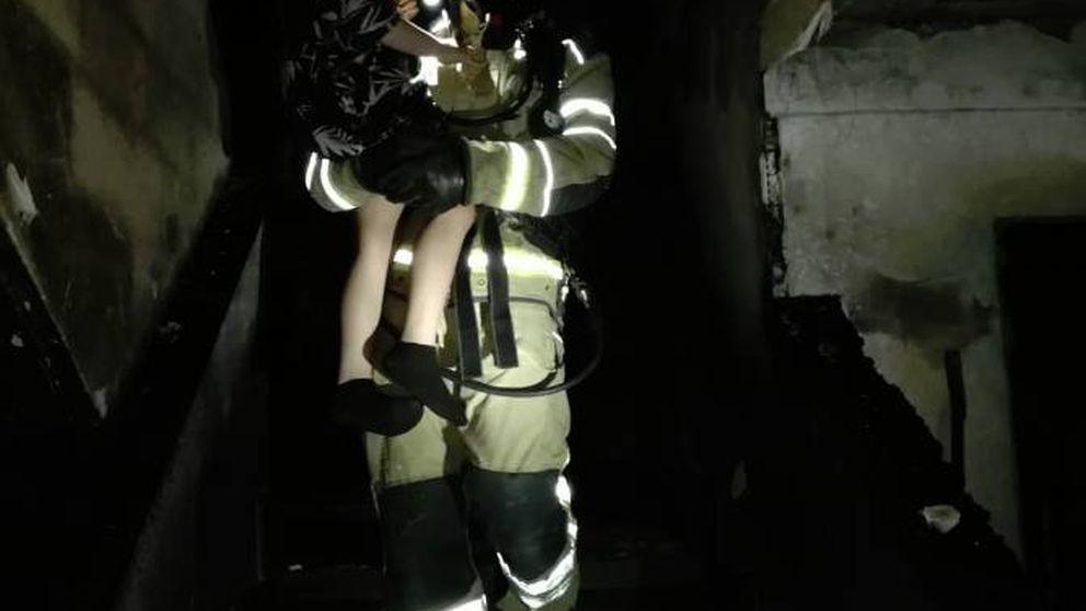 Nueve ingresados y 15 desalojados por el incendio de un edificio de Valladolid