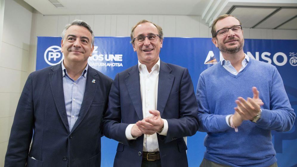 Foto: El candidato a lendakari por el PP, Alfonso Alonso, el vicesecretario general del partido, Javier Maroto, y el presidente en Álava, Javier de Andrés, en Vitoria. (EFE)