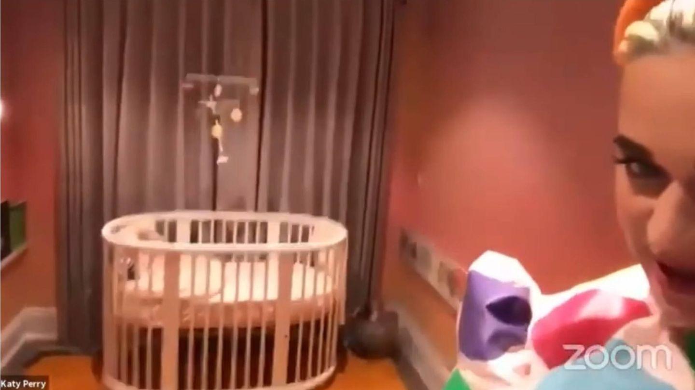 Katy Perry mostró en una llamada de Zoom, que sus fans subieron a YouTube, el dormitorio de su hija. (Cortesía)