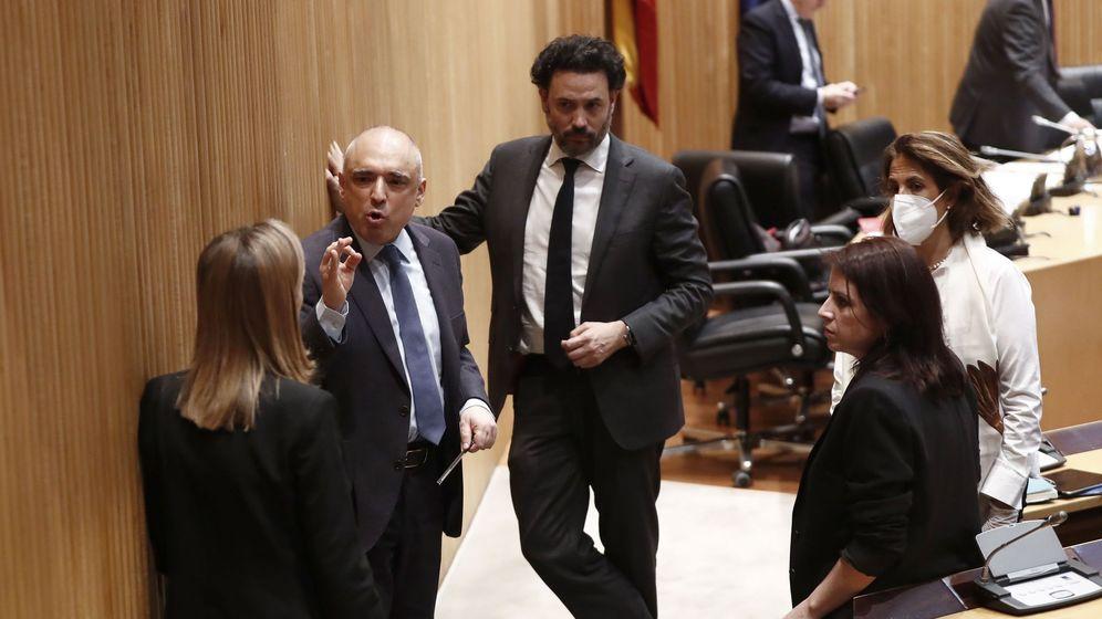 Foto: La portavoz socialista, Adriana Lastra, junto al diputado del PSOE Rafael Simancas (2i) y la vicepresidenta segunda de la Cámara, Ana Pastor (i). (EFE)