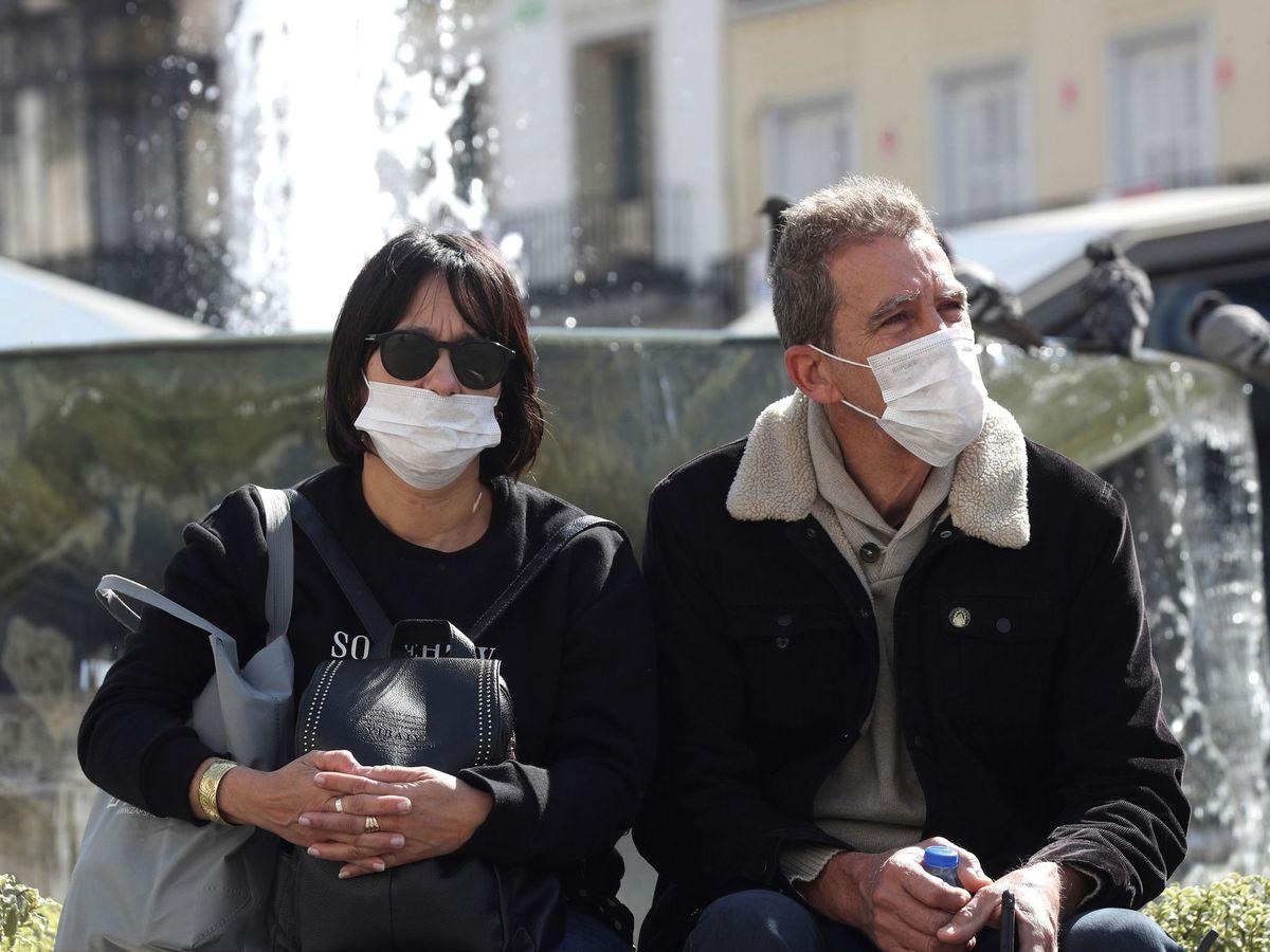 Foto: Ciudadanos con mascarillas, en el centro de Madrid. (EFE)