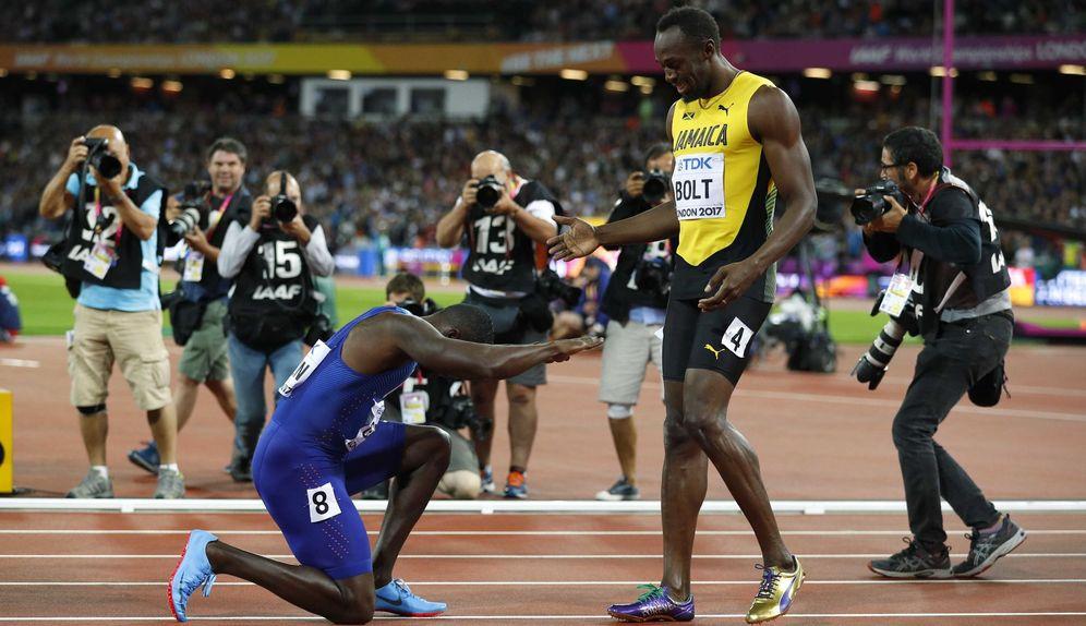 Foto: Gatlin se postra ante Bolt. (Reuters)