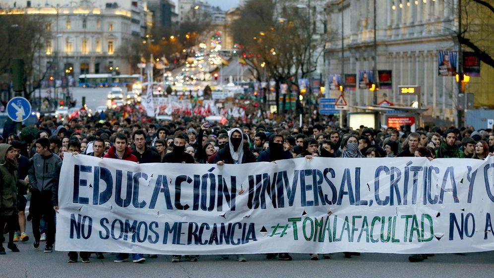 Foto: Una manifestación convocada por CCOO y el Sindicato de Estudiantes recorre el centro de Madrid en protesta por la política educativa del PP. (EFE)