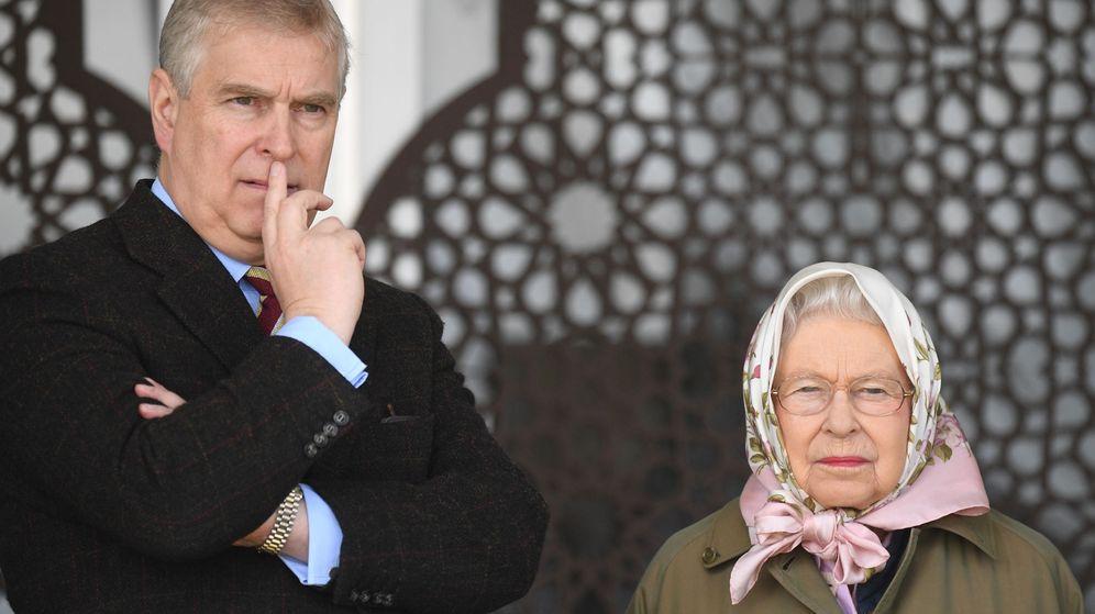 Foto: La reina Isabel II y el príncipe Andrés, en una imagen de archivo. (EFE)