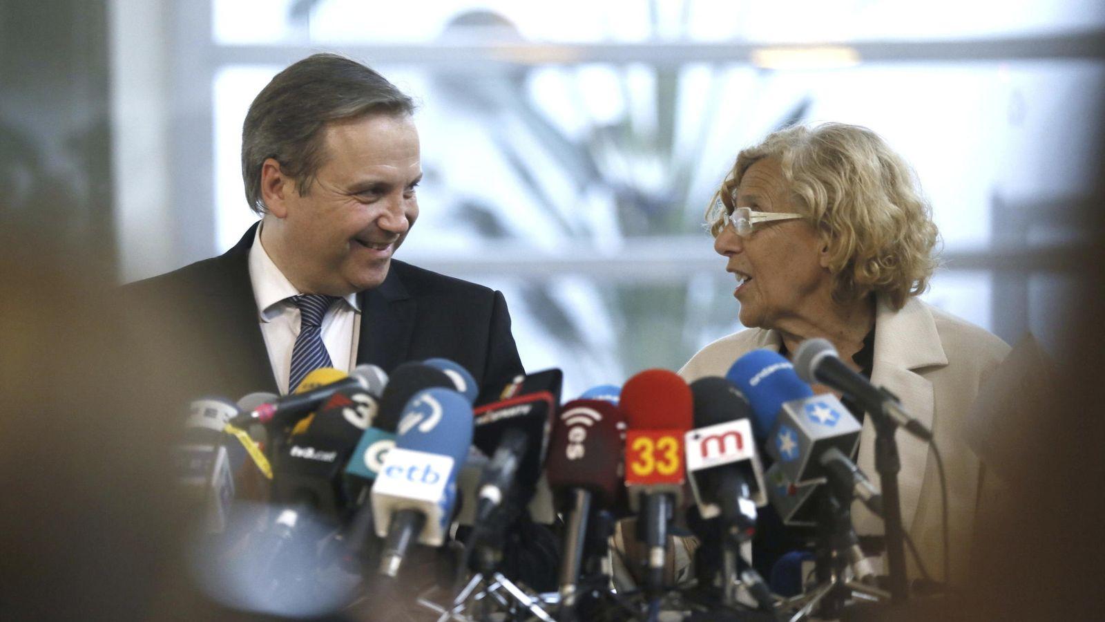 Foto:  La nueva alcaldesa de Madrid, Manuela Carmena, junto al socialista Miguel Carmona, su aliado para formar gobierno. EFE
