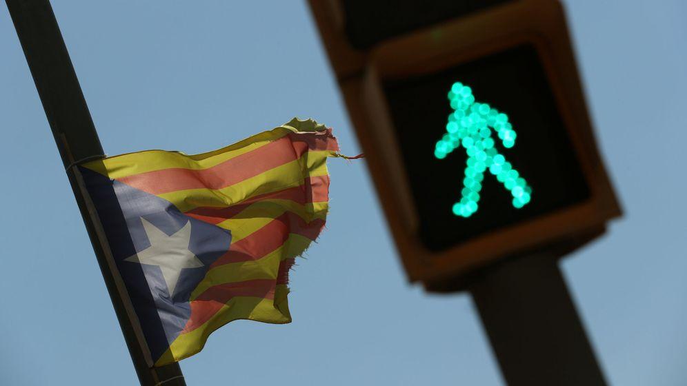 Foto: Una estelada ondea junto a una estelada en Alella, Barcelona. (Reuters)