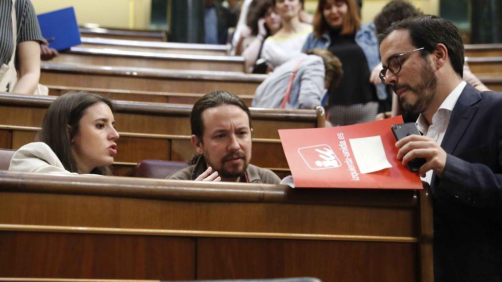Foto: El secretario general de Podemos, Pablo Iglesias, conversa con la portavoz de su grupo, Irene Montero (i), y el líder de IU, Alberto Garzón, durante el pleno de los presupuestos. (EFE)