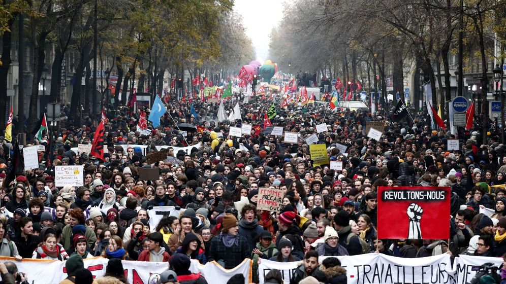 Foto: Manifestantes sujetan una pancarta en la que se puede leer revoltons-nous,(lit. vamos a rebelarnos). (EFE)