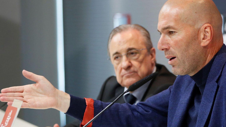 Florentino escucha a Zidane en la sala de prensa de Valdebebas. (EFE)