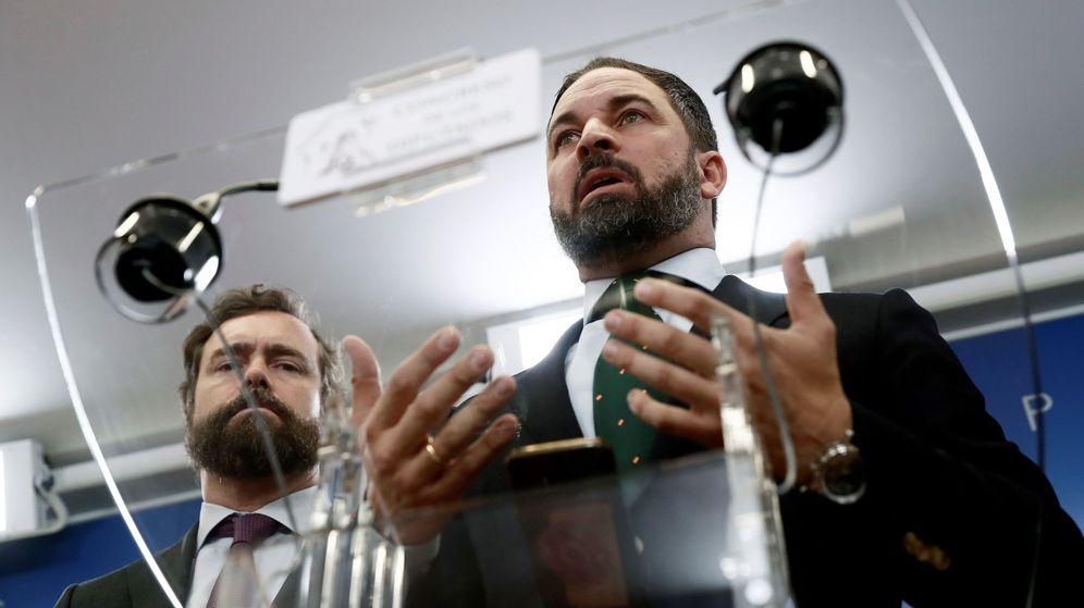 Foto: El presidente de Vox, Santiago Abascal (d), acompañado del portavoz del Grupo Parlamentario, Iván Espinosa de los Monteros. (EFE)