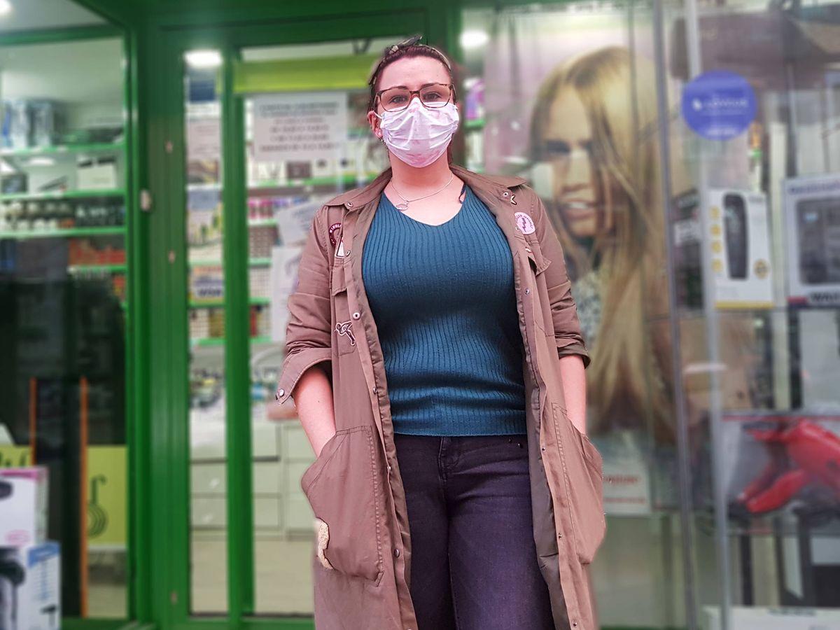 Foto: Patricia, empleada de una tienda de productos de peluquería, abrirá este sábado. (A.P.)
