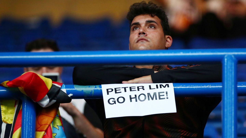 Un aficionado contrario a Peter Lim. (Efe)