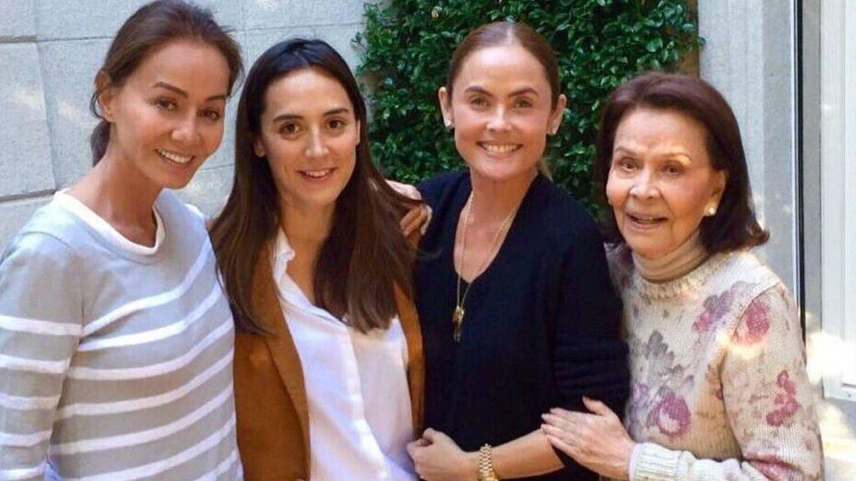Isabel Preysler, junto a su hija Tamara Falcó, su sobrina Joanna Preysler y su madre, Betty Arrastia. (Instagram @joannapreyslermanila)