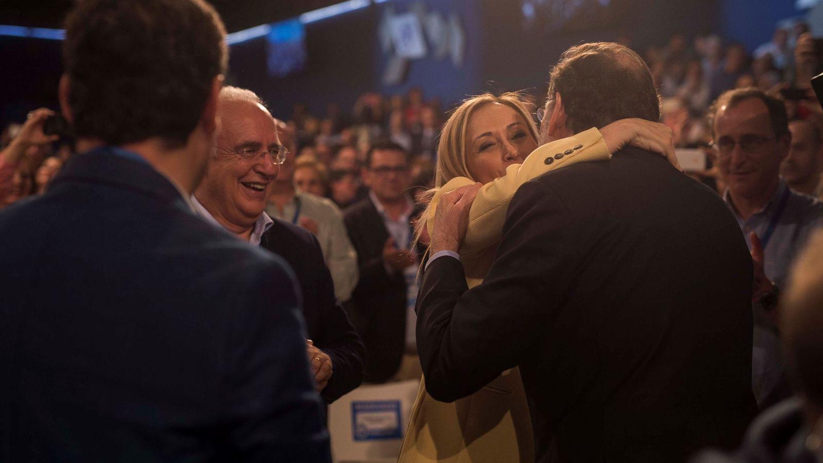 Foto: El presidente del Gobierno, Mariano Rajoy (d), saluda a la entonces presidenta de la Comunidad de Madrid, Cristina Cifuentes, a su llegada a la convención nacional. (EFE)