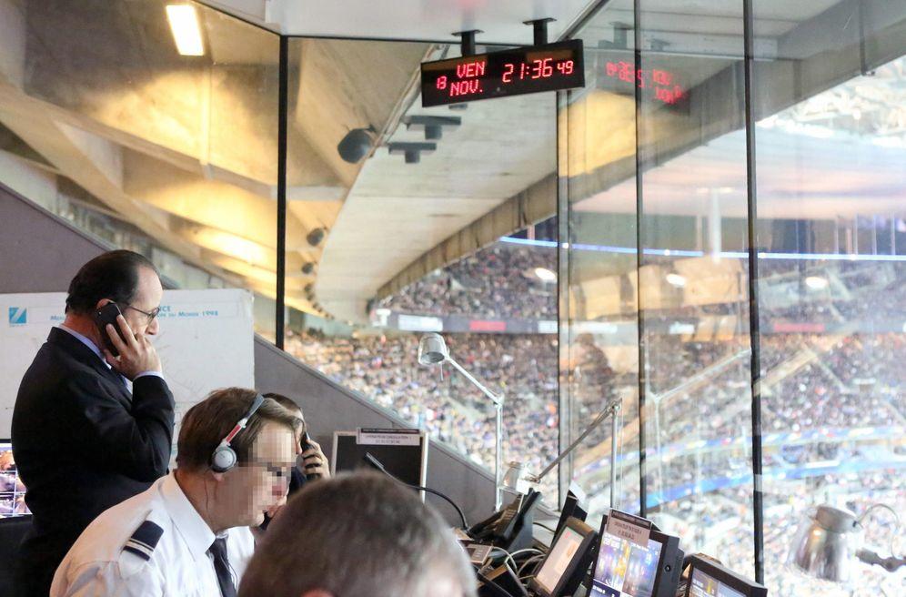 Foto: Fraçois Hollande, en el estadio de Saint-Denis, en el momento de los atentados, atiende una llamada. (EFE)