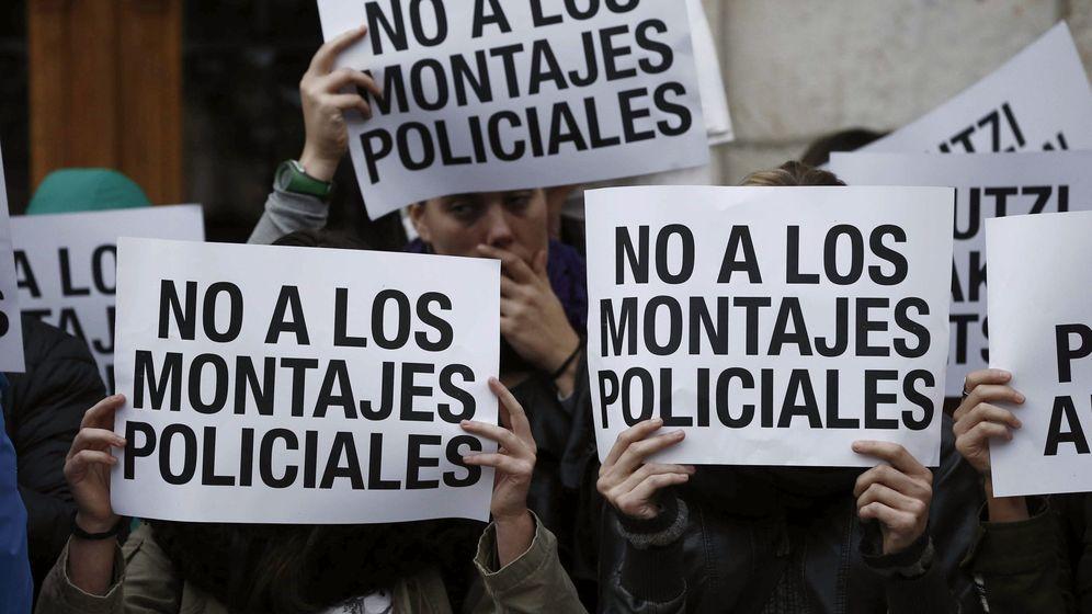 Foto: Vecinos y amigos de los dos detenidos exigen su absolución. (EFE)