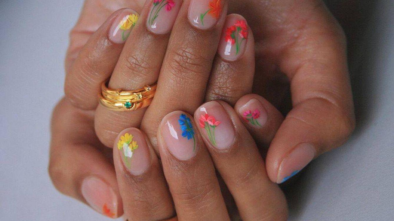 Manicuras con margaritas y otros diseños florales para las uñas más 'it' de la primavera