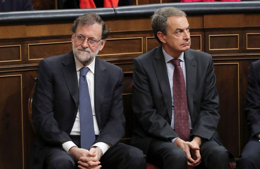 Foto: Rajoy y Zapatero, los presidentes que impusieron diversos recortes a las primas renovables. (EFE)