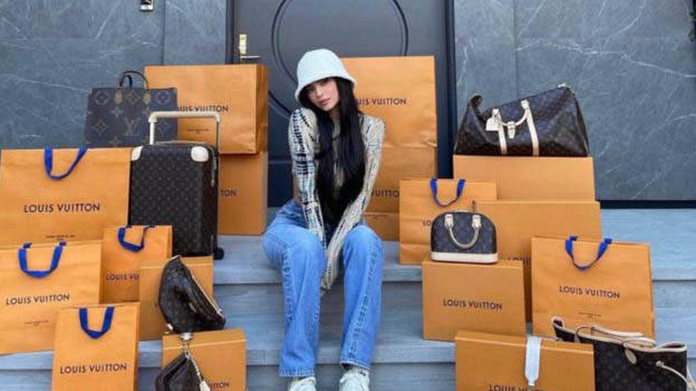 Kylie Jenner posa en Instagram rodeada de bolsos y bolsas de Vuitton.