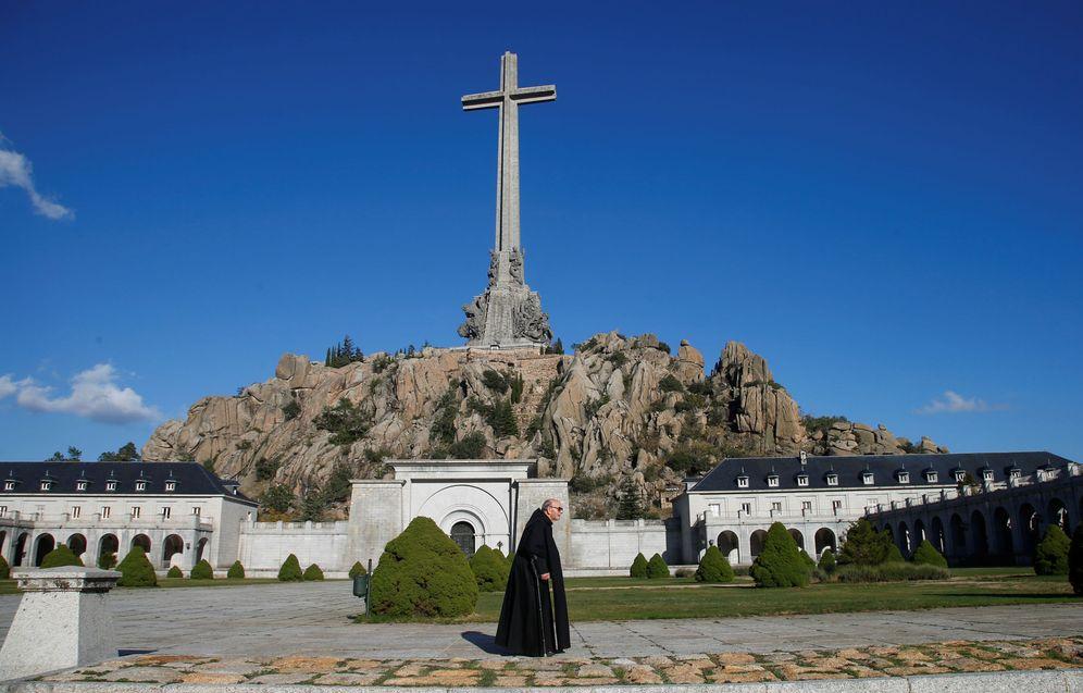 Foto: Un monje camina delante del Valle de los Caídos, de donde será exhumado Franco, el pasado 13 de octubre. (Reuters)