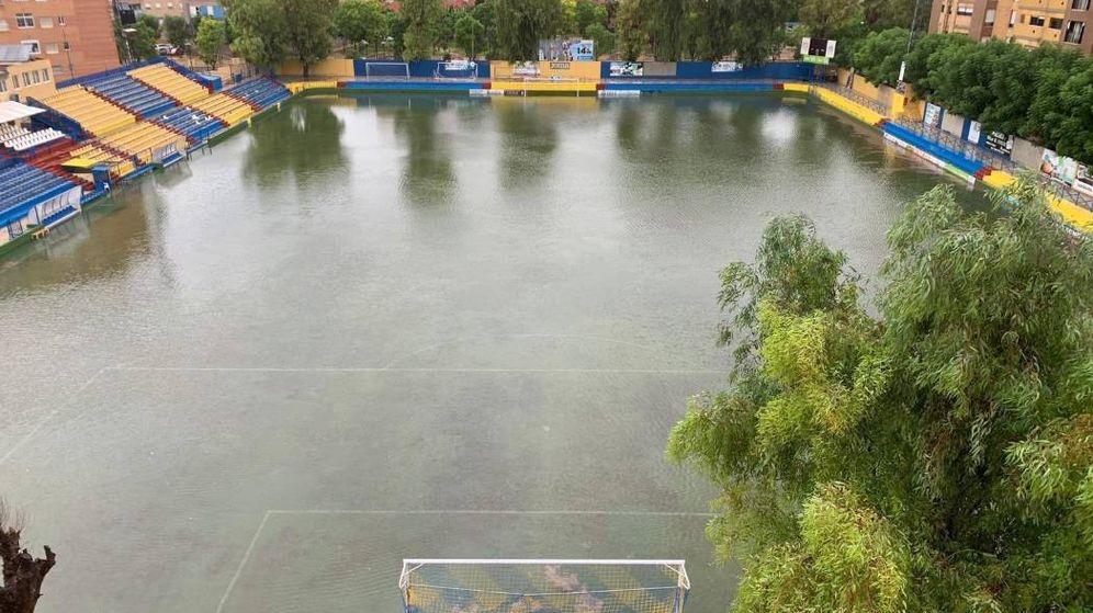 Foto: El estadio del Orihuela, completamente inundado tras las fuertes lluvias de la semana pasada. (@Orihuela_CF)