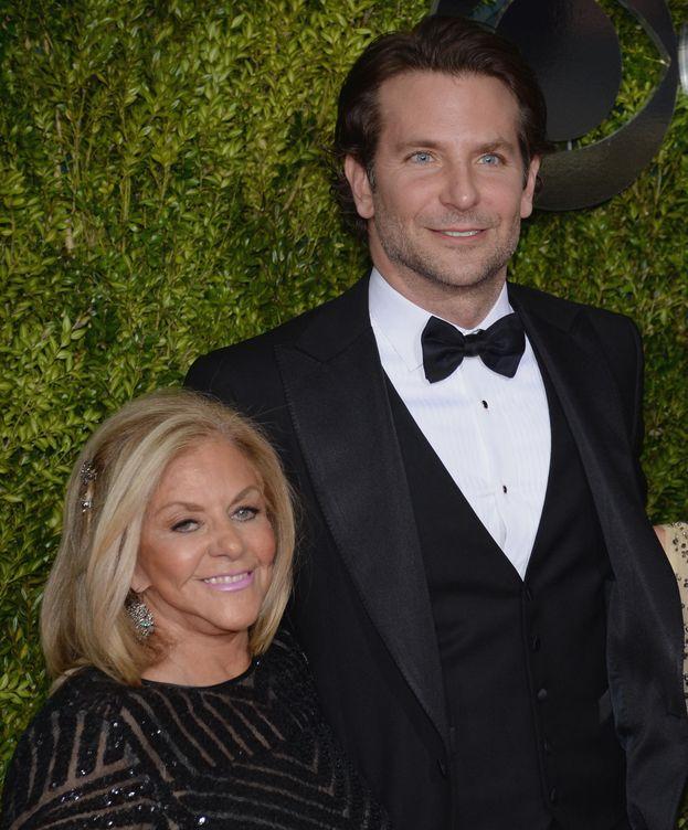 Foto: Bradley Cooper junto a su madre, Gloria Campano (Gtres).