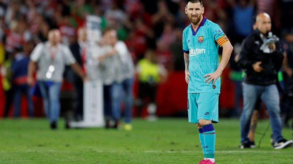 Foto: Messi, pensativo al final del encuentro ante el Granada. (EFE)
