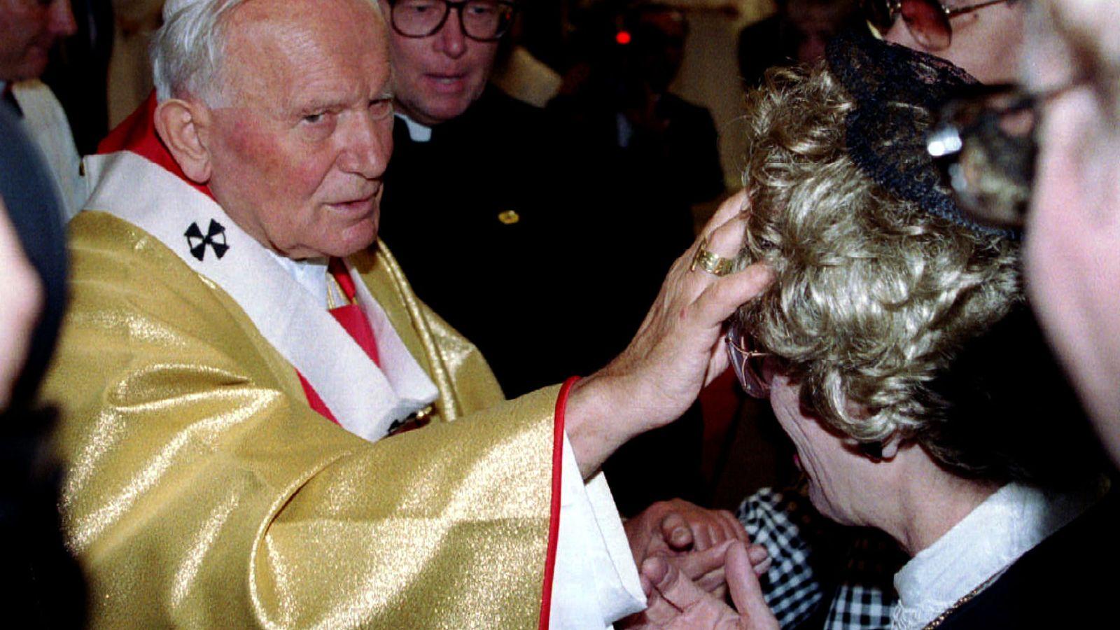 Foto: El papa Juan Pablo II bendice a una mujer en un encuentro con enfermos terminales en 1993. (Reuters)