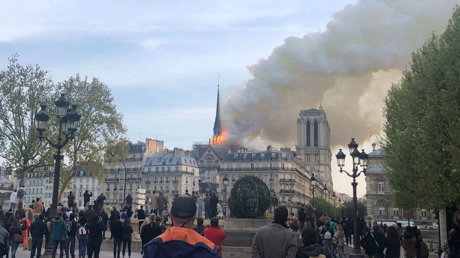 Grave incendio en la catedral de Notre Dame de París