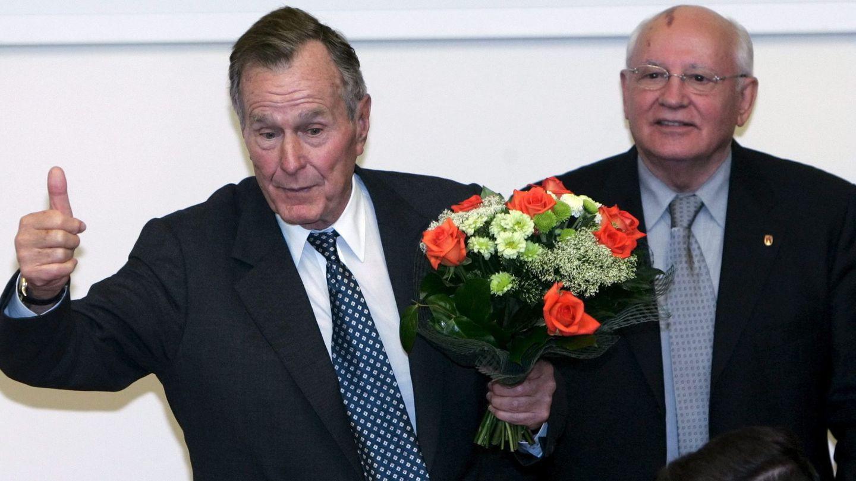 George H. W. Bush junto a Mikhail Gorbachov en una imagen de 2005. (EFE)