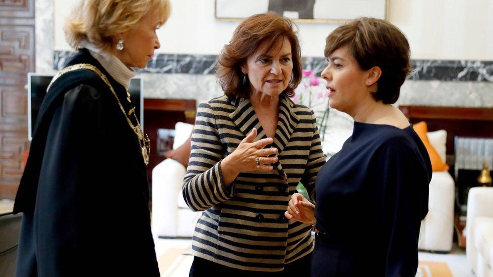 Foto: La vicepresidenta, Carmen Calvo (c), entre María Teresa Fernández de la Vega (i) y Soraya Sáenz de Santamaría. (EFE)