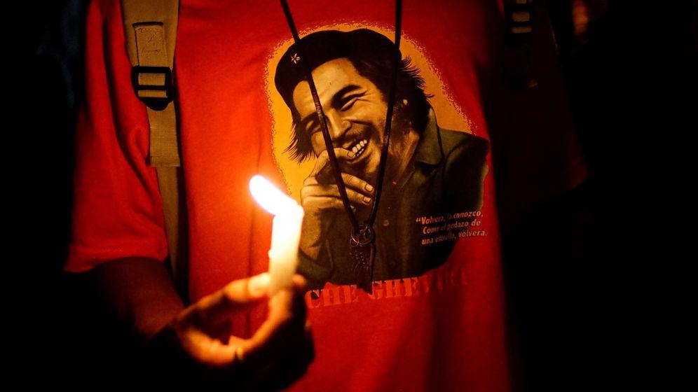 Foto: Un estudiante sostiene una vela en una vigilia en Cuba. (Reuters)