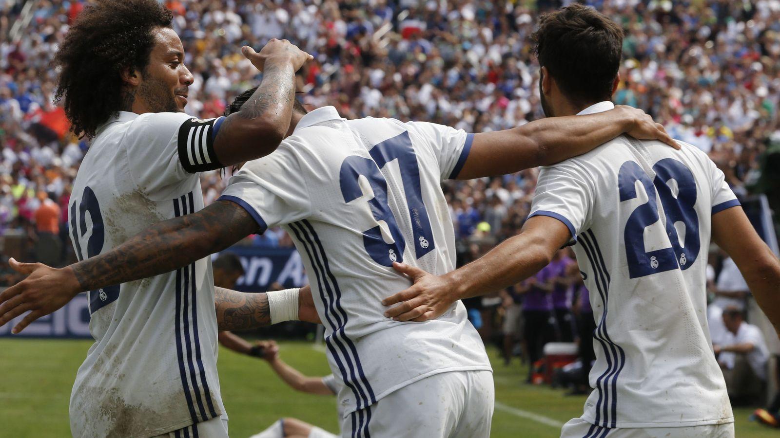 Foto: Los niños del Madrid con Marcelo frente al Chelsea. (EFE)