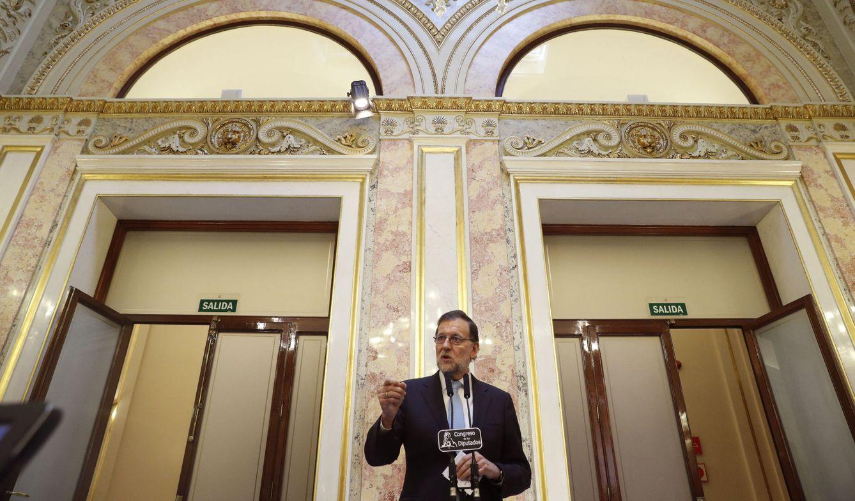 Foto: Mariano Rajoy, durante su comparecencia ante los periodistas en los pasillos del Congreso tras la constitución de la Mesa de la Cámara Baja, este 19 de julio. (EFE)