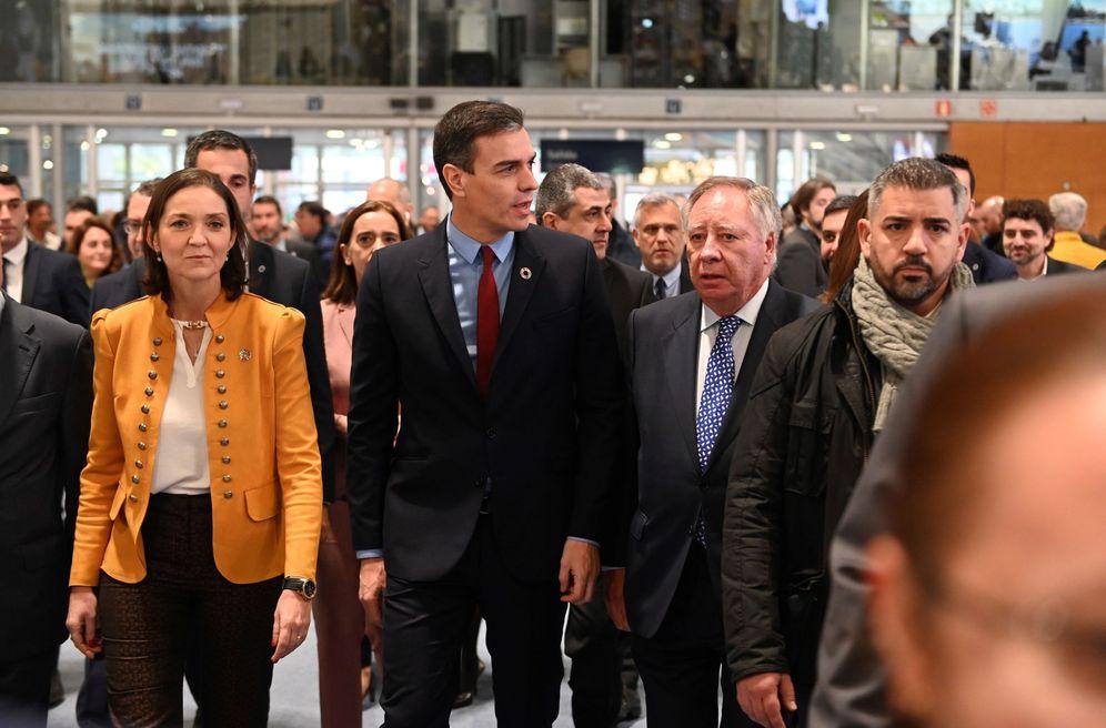 Foto: Pedro Sánchez visita la feria Fitur con la ministra de Industria, Reyes Maroto, el pasado 24 de enero en Madrid. (EFE)