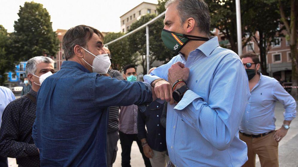 Foto: El secretario general de Vox, Javier Ortega Smith (d), a su llegada esta tarde a un acto de partido que han celebrado en el barrio de San Francisco de Bilbao. (EFE)