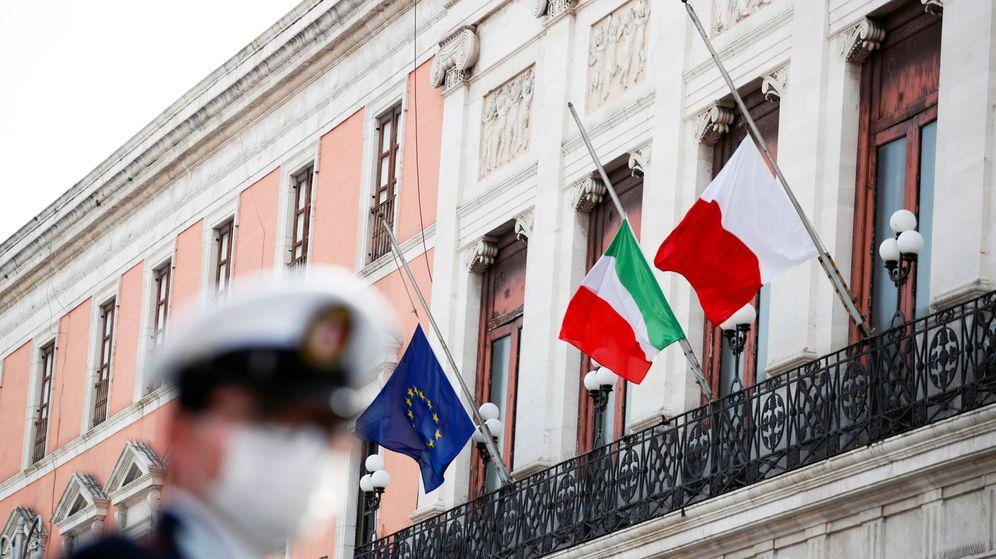 Foto: Las banderas de la UE e Italia ondean a media hasta en Bari, Italia, por las víctimas del Covid-19. (Reuters)