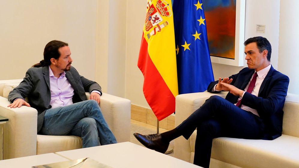 Foto: Pedro Sánchez y Pablo Iglesias durante su primera reunión en Moncloa tras las elecciones generales, el pasado 7 de mayo. (Reuters)