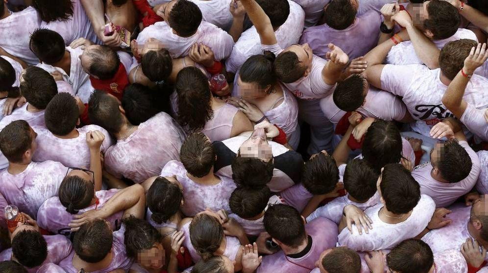 Foto: Un grupo de personas en las fiestas de San Fermín en Pamplona. (EFE)