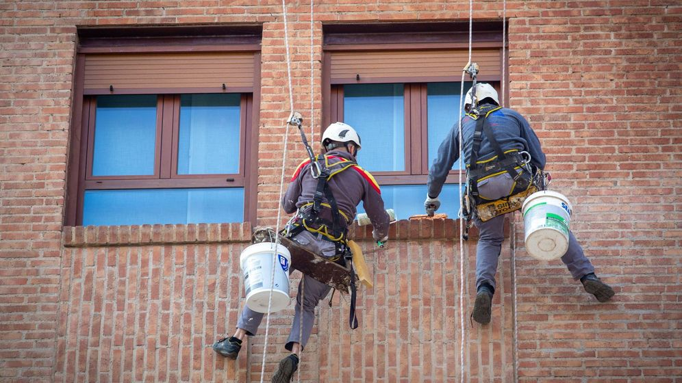 Foto: Dos operarios de la construcción, trabajando en Logroño. (EFE)