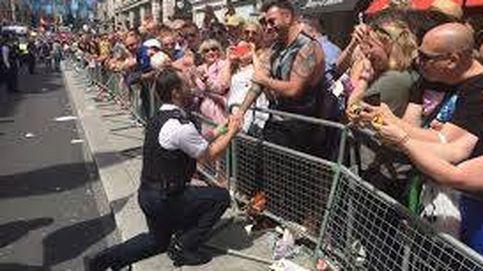 El romántico gesto de un policía británico: le pide matrimonio a su novio durante el desfile del Orgullo Gay