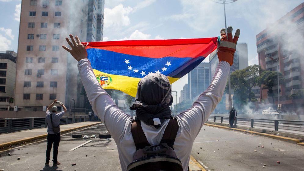 Foto: Manifestantes se enfrentan con agentes de la Policía Nacional Bolivariana. (EFE)