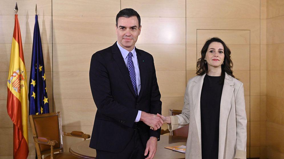 Foto: El presidente en funciones, Pedro Sánchez, y la portavoz parlamentaria de Ciudadanos, Inés Arrimadas. (EFE)