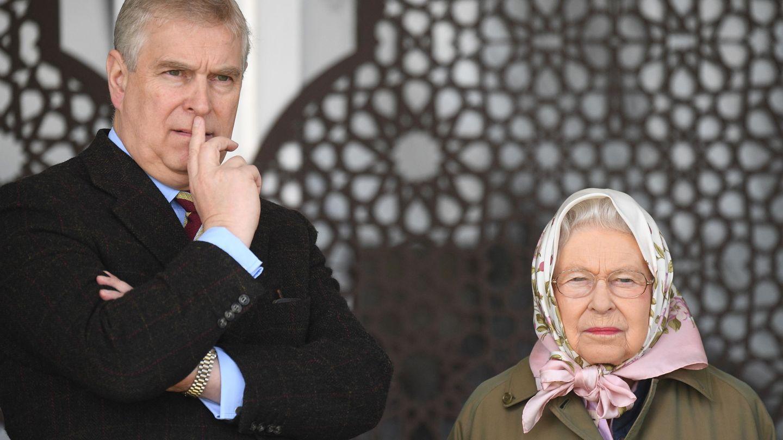 El príncipe Andrés y la reina Isabel, en una imagen de archivo. (EFE)