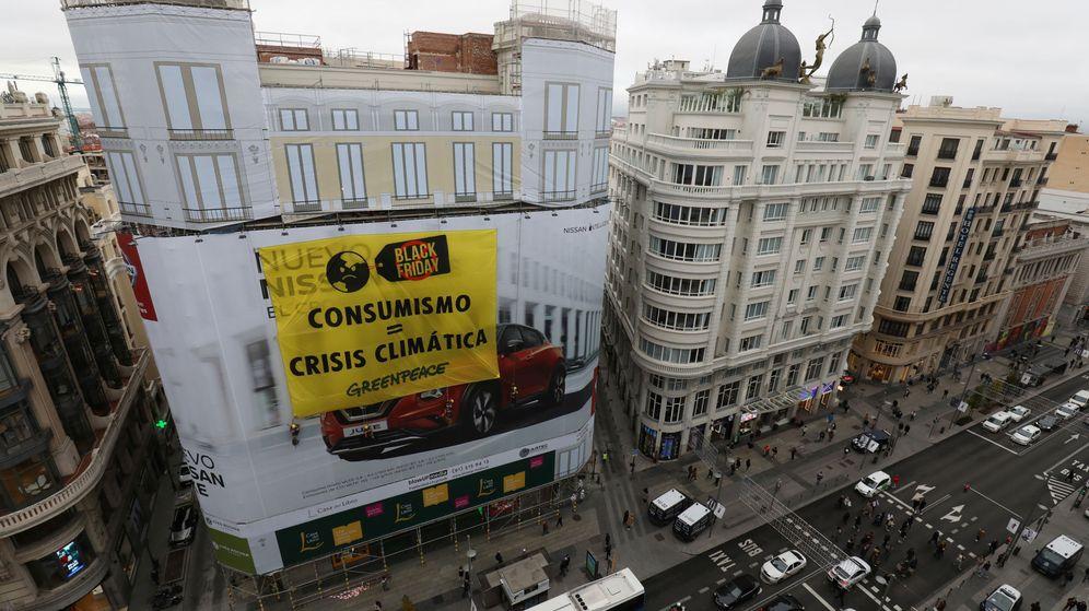 Foto: Así es la pancarta que ha desplegado Greenpeace en Gran Vía. (Reuters)