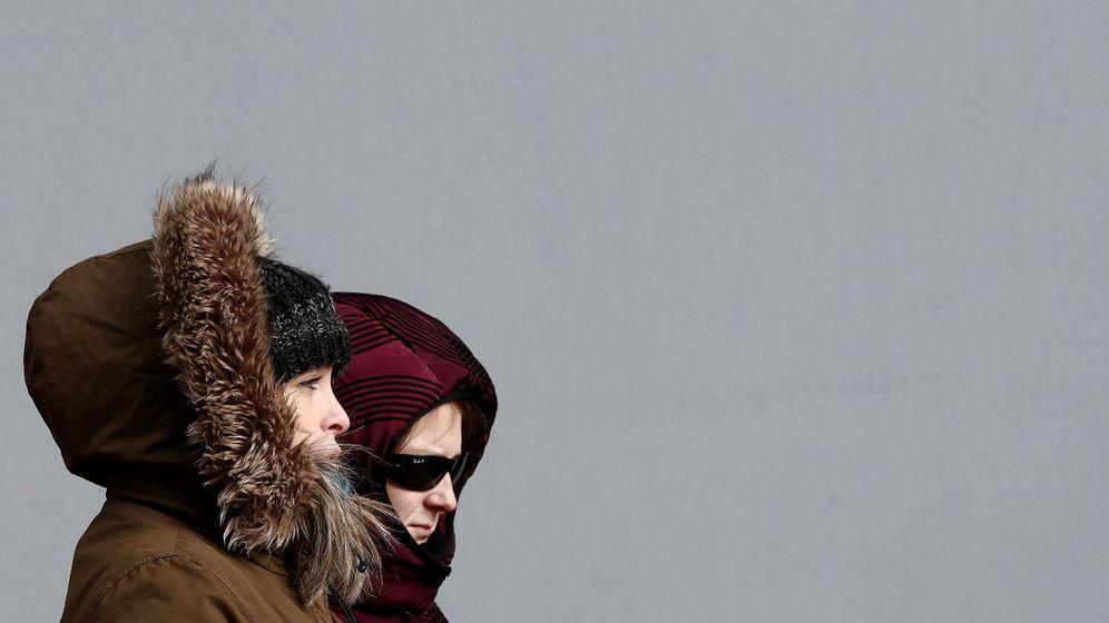 Foto: Dos mujeres se protegen del intenso frio que deja hoy en Pamplona sensaciones térmicas bajo cero. (EFE)
