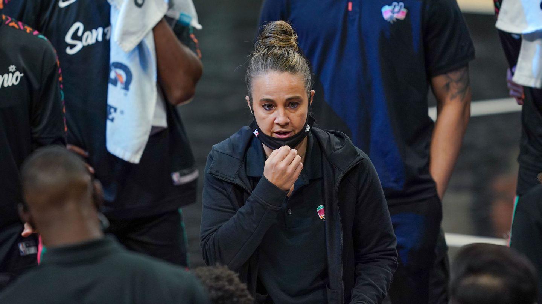 Becky Hammon, la primera -y única de momento- mujer que ha dirigido un partido de la NBA. (Reuters)