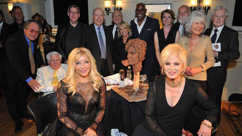 Frances Segelman rodeada de celebridades del Reino Unido. (Cortesía)
