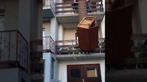 Hacen la mudanza por el balcón y acaba en desastre