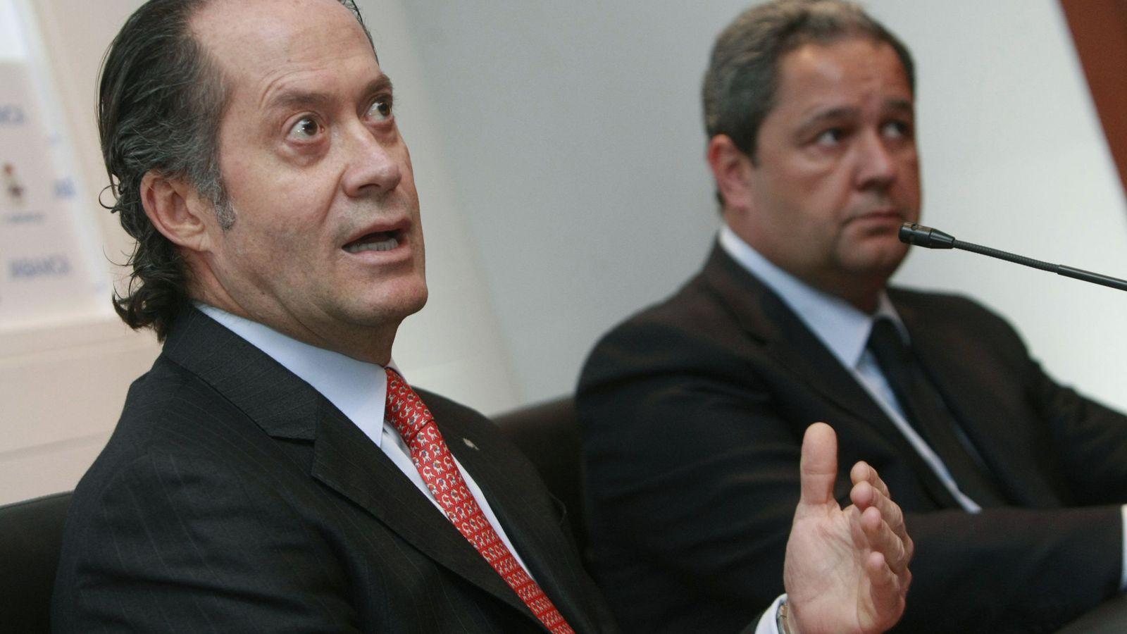 Foto: El presidente de Abanca, Juan Carlos Escotet (i), y el presidente del Deportivo de La Coruña, Tino Fernández (d). (EFE)